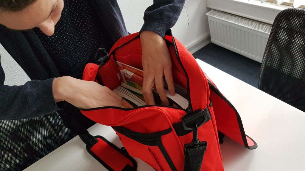 DRK Methoden-Tasche wird gepackt